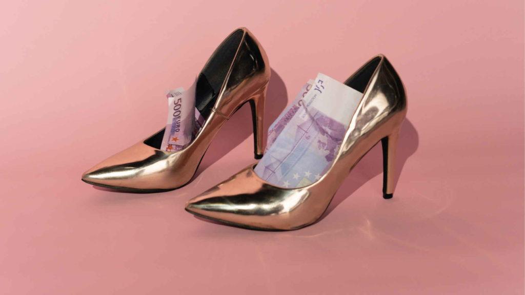 Золотые туфли в которых деньги на розовом фоне