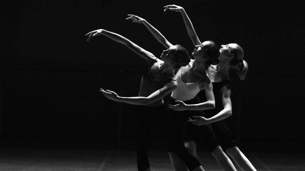 Балерины на сцене танцуют