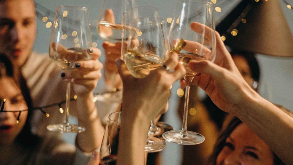 Бокалы с алкогольными напитками