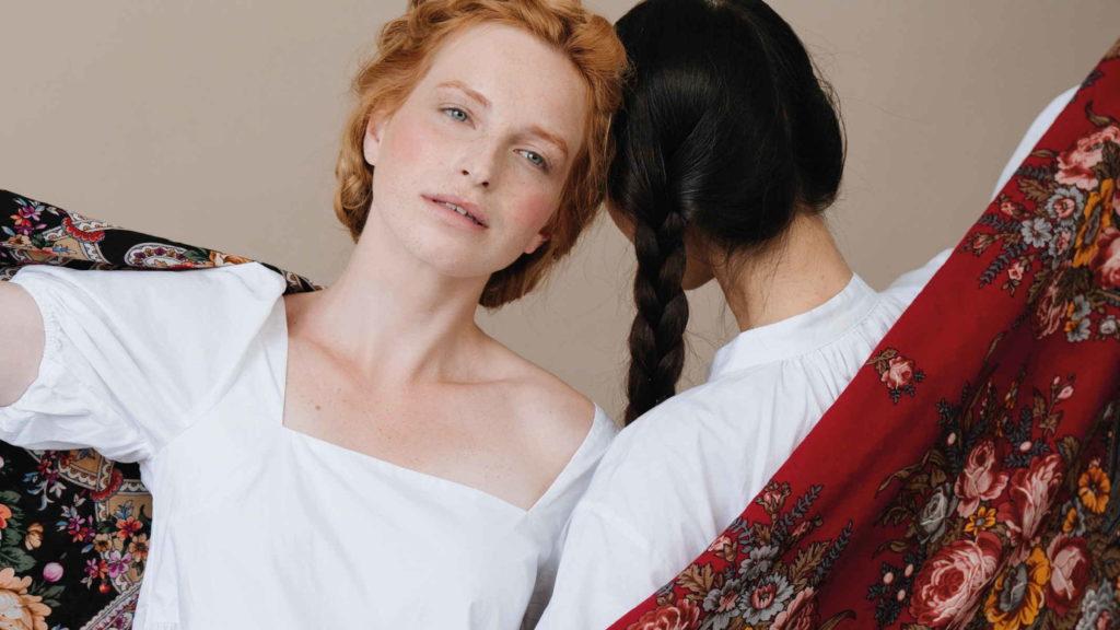 Девушки стоят с российскими народными платками