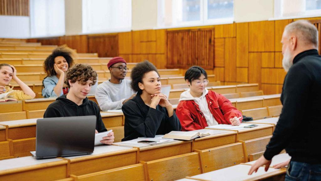 Лекция в университете со студентами