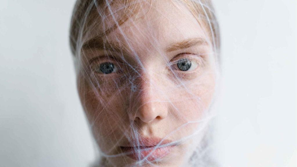 Лицо девушки в паутине паука