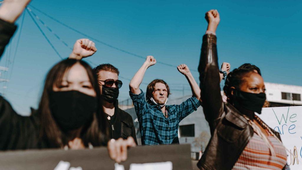 Люди борются за равные права с плакатами