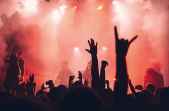 Люди на концерте поднимают руки