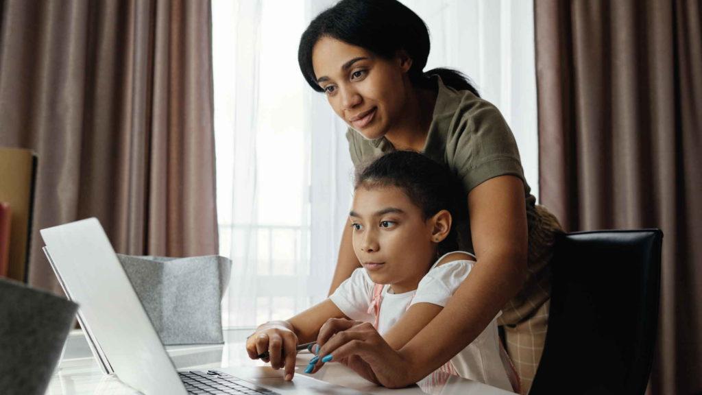 Мама попомгает дочери с уроками