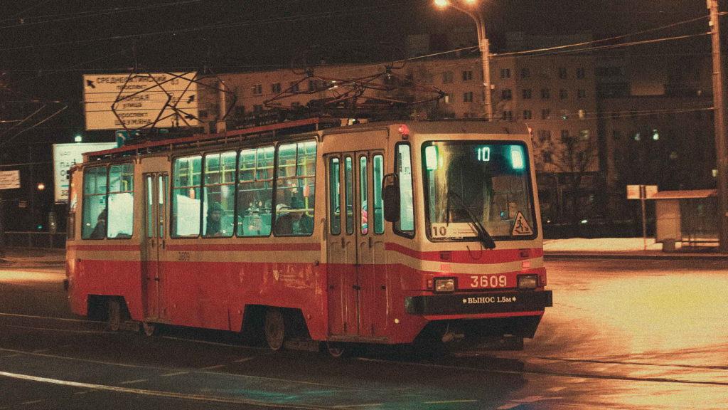 Старый советский трамвай едет зимой по улице